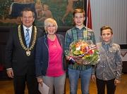 Oberbürgermeister Dr. Thomas Spies (von links) zeichnete Rita Vaupel mit dem Ehrenbrief des Landes Hessen aus. Die Enkel Ben und Tim Otto gratulieren.