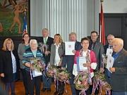 Stadträtin Dr. Kerstin Weinbach (2.v.l.) zeichnete gemeinsam mit Stadtverordnetenvorsteherin Marianne Wölk (l.) Marburgerinnen und Marburger für ihr Engagement um die Städtepartnerschaft mit Maribor, Geschichte, Recht und Kommunalpolitik aus.