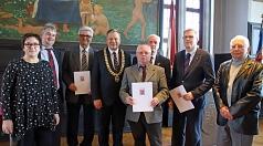 Oberbürgermeister Dr. Thomas Spies (4.v.l.) zeichnete gemeinsam mit Stadträtin Kirsten Dinnebier und Bürgermeister Wieland Stötzel (1. und 2.v.l.) die Ehrenamtlichen Karl-Heinz Strube (3.v.l.), Jakob Staffel (rechts außen, v.r.n.l.), Dr. Volker Heinrich u