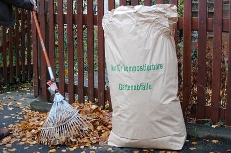 Laubsack mit Laub und Harke©Universitätsstadt Marburg Fachdienst Umwelt