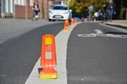 Neue Leitfahnen wurden aufgestellt um die Sicherheit der Fahrradfahrerinnen und Fahrradfahrer in Marburg zu verbessern.