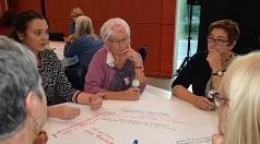 Stadträtin Kirsten Dinnebier (rechts) diskutierte mit den Teilnehmer*innen an einem der Thementische.