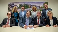 Bürgermeister Wieland Stötzel (3.v.r.) und der erste Kreisbeigeordnete Marian Zachow (4.v.l.) unterzeichnen gemeinsam mit (v.l.) Oberstaatsanwalt Ulf Frenkler, Regina Lang (Ordnungsamt der Stadt Marburg), Bodo Koch (Leiter der Polizeidirektion Marburg-Bie