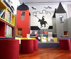 Die Leseburg in der Kinderbibliothek lädt Kinder und Eltern zum Schmökern und Vorlesen ein.©Universitätsstadt Marburg