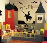 Lesepodest in Form einer Ritterburg mit zwei Türmen und einer Vielzahl an Büchern zur Präsentation.©Universitätsstadt Marburg