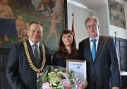 Oberbürgermeister Dr. Thomas Spies (links) überreichte Katharina Nocun das Marburger Leuchtfeuer 2017. Sein Vorgänger und der Sprecher der Jury, Egon Vaupel, begründete Wahl des Gremiums für die 30-jährige Aktivistin.