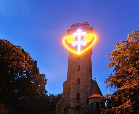 Nach einer weiteren Operation soll das Lichtkunstwerk am Kaiser-Wilhelm-Turm wieder wie gewohnt leuchten.©Georg Kronenberg