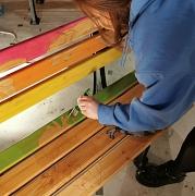 In warmen und bunten Farben bemalte Sitzbank