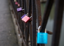 Liebesschlösser hängen noch am Geländer der Weidenhäuser Brücke. Zum 26. Februar werden sie entfernt.