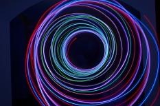 In bunten Farben werden nach innen laufend Kreise dargestellt, der Hintergrund ist schwarz.©Universitätsstadt Marburg