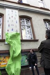 Zusammen mit KiJuPa-Vorsitzenden Manuel Greim enthüllte Bürgermeister Dr. Franz Kahle das neue Logo.©Universitätsstadt Marburg