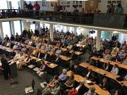 OB Dr. Thomas Spies begrüßt über 300 Bürgerinnen und Bürger zur Infoveranstaltung im Stadtverordnetensitzungssaal.