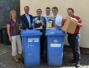 Ab Oktober werden lose Kartonagen zum Schutz der Müllwerkerinnen und Müllwerker nicht mehr mitgenommen, erklärten Bürgermeister Dr. Franz Kahle (2. v. r.) und Stadträtin Dr. Kerstin Weinbach (3. v. l.) gemeinsam mit (v. l.) Sonja Stender, Betriebsleiter J
