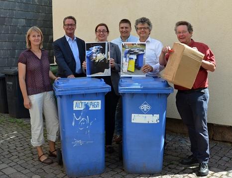 Ab Oktober werden lose Kartonagen zum Schutz der Müllwerkerinnen und Müllwerker nicht mehr mitgenommen, erklärten Bürgermeister Dr. Franz Kahle (2. v. r.) und Stadträtin Dr. Kerstin Weinbach (3. v. l.) gemeinsam mit (v. l.) Sonja Stender, Betriebsleiter J©Stadt Marburg, Philipp Höhn