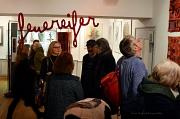 """In der Mitte des Raumes hing bei der Ausstellung """"Luther und die Hexen"""" der leuchtend rote Schriftzug """"feuereifer""""."""