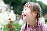 Kleines lachendes Mädchen