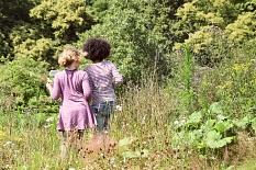 2 Mädchen erkunden die Pflanzen in den interkulturellen Gärten.©Universitätsstadt Marburg