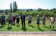 """Oberbürgermeister Dr. Thomas Spies eröffnete mit den Beteiligten aus Stadtverwaltung und GartenWerkStadt die Ausstellung """"Magisches Grün"""" im Gesundheitsgarten."""