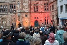 Rund 50 Marburgerinnen und Marburger versammelten sich auf dem Marktplatz. Monika Bunk (Mitte) und Thomas Spies (6. v. r.) drückten ihr Mitgefühl aus.©Philipp Höhn, Stadt Marburg