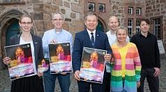 Oberbürgermeister Dr. Thomas Spies (mitte) stellt zusammen mit dem Team vom Stadtmarketing und Gastronomen am Marktplatz das Programm für das diesjährige Maieinsingen mit Maiparty vor.