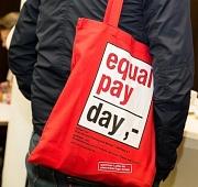 Mann mit Equal Pay Day-Tasche