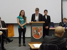 Am Rednerpult stehen 3 Jugendliche, in der Mitte Manuel Greim. Im Vordergrund sieht man Abgeordnete der Stadtverordnetenversammlung.©Universitätsstadt Marburg