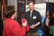 Jun.-Prof. Dr. Leon Schulte freute sich über die Auszeichnung aus den Händen von Stadträtin Kirsten Dinnebier.©Melanie Weiershäuser, i.A.d. Stadt Marburg