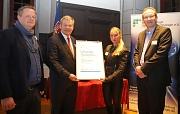 Oberbürgermeister Dr. Thomas Spies (2.v.l.) überreichte Prof. Dr. Cornelia Keck die MarBiNa-Auszeichnung gemeinsam mit Prof. Dr. Gert Bange, Zentrum für Synthetische Mikrobiologie (links), und Dr. Lutz Bonacker von CSL Behring, beide stellvertretende Vors