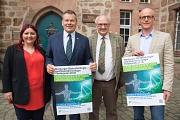Oberbürgermeister Dr. Thomas Spies (2. von links) lobt zusammen mit Anna Kaczmarek-Kolb (von links), Professor Dr. Norbert Hampp und Dr. Stefan Blümling den MarBiNa-Förderpreis 2018 aus.