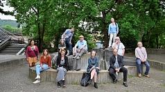 Die neue Kuratorin mit den Vertreter*innen der Marburger Kunst- und Kultureinrichtungen, die das Marburg800-Projekt mit dem Fachdienst Kultur auf den Weg gebracht haben. (1. Reihe v. l.): Ruth Fischer, Fachdienstleitung Kultur, Kristina Gansel, Kunstmuseu