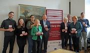 """Oberbürgermeister Dr. Thomas Spies (Mitte) stellte das Projekt """"Marburg ohne Partnergewalt"""" gemeinsam mit Dr. Christine Amend-Wegmann, Fachbereichsleiterin Zivilgesellschaft, Stadtentwicklung, Migration und Kultur (2.v.r.) und weiteren beteiligten Akteur*"""