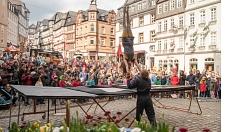 """Das Duo """"Aramelo"""" führte beeindruckende Trampolin-Artistik auf dem Marktplatz vor."""