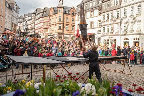 """Das Duo """"Aramelo"""" führte beeindruckende Trampolin-Artistik auf dem Marktplatz vor.©Melanie Weiershäuser, i.A.d. Stadt Marburg"""