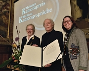 Kamerapreisträger Jürgen Jürges nahm die Auszeichnung von Universitätspräsidentin Prof. Dr. Katharina Krause (l.) und Kulturdezernentin Dr. Kerstin Weinbach entgegen.