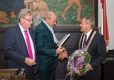 Oberbürgermeister Dr. Thomas Spies (rechts) sowie Ehrenbürger und Alt-Oberbürgermeister Egon Vaupel (links) überreichen Peter Fischer das Marburger Leuchtfeuer.©Stadt Marburg, Patricia Grähling