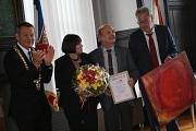 Lutz Götzfried (2. v. r.) freute sich gemeinsam mit Ehefrau Karin Götzfried über das Marburger Leuchtfeuer. Oberbürgermeister Dr. Thomas Spies (links) applaudierte dem Geehrten, Egon Vaupel überreichte im Namen der Jury ein Gemälde der Marburger Künstleri