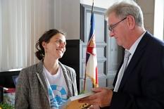 Ehrenbürger und Jurysprecher Egon Vaupel überreicht die Auszeichnung an Ruby Hartbrich.©Birgit Heimrich, Stadt Marburg