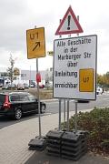 Alle Geschäfte in der Marburger Straße bleiben über die Umgehungsstraße erreichbar, darauf weist die Stadt Marburg mit einem Schild direkt am Kreisel des Ortseingangs Cappel hin.