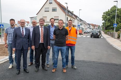 Bürgermeister Wieland Stötzel (mitte) und Stadtwerke-Geschäftsführer Dr. Bernhard Müller (vorne, links) geben gemeinsam mit Vertretern der Stadtwerke, der Stadtverwaltung und der beauftragten Baufirma den nächsten Bauabschnitt der Marburger Straße in Capp©Stadt Marburg, Patricia Grähling