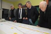 Von links: Baudirektor Jürgen Rausch, Bürgermeister Dr. Franz Kahle, Oberbürgermeister Dr. Thomas Spies und der Cappeler Ortsvorsteher Heinz Wahlers präsentierten den Bauplan für die Erneuerung der Marburger Straße in Cappel.