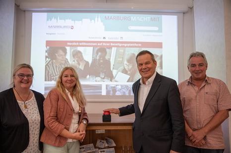 Die neue Beteiligungsplattform MarburgMachtMit ist seit Freitag, 6. September, online. Oberbürgermeister Dr. Thomas Spies (2.v.r.) hat sie freigeschaltet – gemeinsam mit Doris Hilberger (Bürger*innenbeteiligung) und Dr. Griet Newiger-Addy (Fachdienstleitu©Patricia Grähling, Stadt Marburg