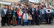 Marburgs Oberbürgermeister Dr. Thomas Spies (6.v.r.) und der Uni-Vizepräsident Prof. Dr. Michael Bölker (7.v.r.) begrüßten Wissenschaftler*innen aus aller Welt mit deren Familien, die zum Arbeiten, Forschen und Promovieren zeitweise in Marburg leben.