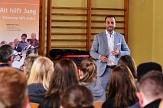 Herr Marcello Camerin bei einem Vortag an der Sophie-von-Brabant-Schule im Rahmen eines Berufsorietierungscamps des Jugendbildungswerks. Links im Bild das Banner des beteiligten Projektes Alt-hilft-Jung©Universitätsstadt Marburg
