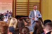 Herr Marcello Camerin bei einem Vortag an der Sophie-von-Brabant-Schule im Rahmen eines Berufsorietierungscamps des Jugendbildungswerks. Links im Bild das Banner des beteiligten Projektes Alt-hilft-Jung