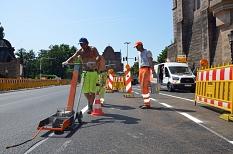 Markierungsarbeiten am Pilgrimstein unterhalb der Alten Universität auf der neu sanierten Fahrbahndecke.©Thomas Steinforth, Stadt Marburg