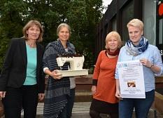 Von der Nähgruppe bis zum gemeinschaftlichen Wohnen – beim Marktplatz der Nachbarschafts- und Beteiligungsprojekte gibt es am 4. November im TTZ viel zu entdecken (von links): die Leiterin der Freiwilligenagentur Marburg-Biedenkopf Doris Heineck, die Leit©Stadt Marburg, Tina Eppler