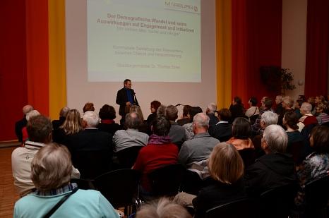 """Oberbürgermeister Dr. Thomas Spies warb in seinem Vortrag zum demografischen Wandel um """"mehr Mut"""" und lobte die Marburger Beteiligungs- und Nachbarschaftsprojekte.©Nadja Schwarzwäller, i. A. d. Stadt Marbug"""