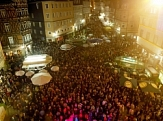 Auf dem Marktplatz sind sehr viele Menschen zum Maiansingen bekommen.©Stadt Marburg
