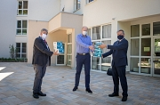 Oberbürgermeister Dr. Thomas Spies (r.) und Bürgermeister Wieland Stötzel übergeben FFP2-Masken an Johannes Lang, stellvertretende Heimleitung bei der Altenhilfe St. Jakob.