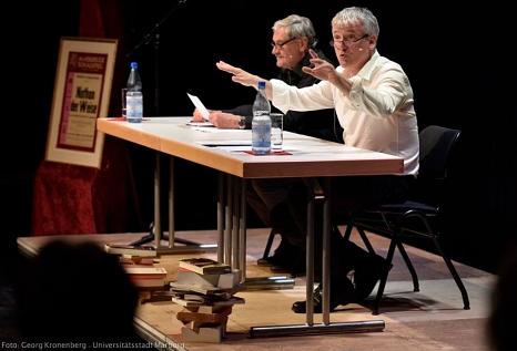 Sie zeichneten eindrucksvoll das Leben des Theaterrevolutionärs Erwin Piscator nach (v. l.): Peter Jung und Axel Poike.©Stadt/Kronenberg